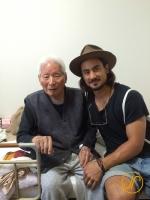 Eric zu Besuch bei seinem Grossvater im Altersheim.