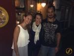 Eric mit seiner Mutter und Schwester vor dem Restaurant (Tapas Bar) seines Onkels.